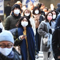 マスク姿で歩く人たち=大阪市北区のJR大阪駅前で2021年1月13日午前9時45分、望月亮一撮影