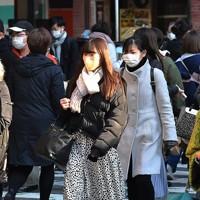 マスク姿で歩く人たち=大阪市北区のJR大阪駅前で2021年1月13日午前9時38分、望月亮一撮影