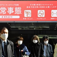 マスク姿で歩く人たち=大阪市北区のJR大阪駅前で2021年1月13日午前10時6分、望月亮一撮影