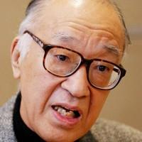 インタビューに答える作家の半藤一利氏=東京都内で2003年3月4日、川田雅浩撮影