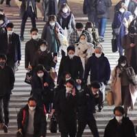 帰宅する人たちで混雑するJR博多駅前=福岡市博多区で2021年1月13日午後5時55分、金澤稔撮影