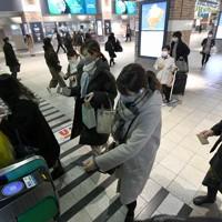 電車に乗るため駅の改札を通る人たち=福岡市中央区の西鉄福岡(天神)駅で2021年1月13日午後5時51分、矢頭智剛撮影