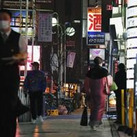 人通りが少ない中洲の目抜き通り=福岡市博多区で2021年1月13日午後8時19分、金澤稔撮影