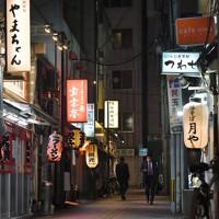 飲食店が軒を連ねる中洲の路地は往来する人がまばらだった=福岡市博多区で2021年1月13日午後8時44分、金澤稔撮影