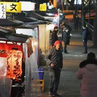 人通りがほとんどなく閑散とした屋台街=福岡市博多区中洲で2021年1月13日午後8時58分、金澤稔撮影
