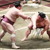 貴景勝(右)が上手投げで宝富士に敗れる=東京・両国国技館で2021年1月13日、玉城達郎撮影