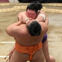 明生(奥)が押し出しで志摩ノ海を降す=東京・両国国技館で2021年1月13日、西夏生撮影