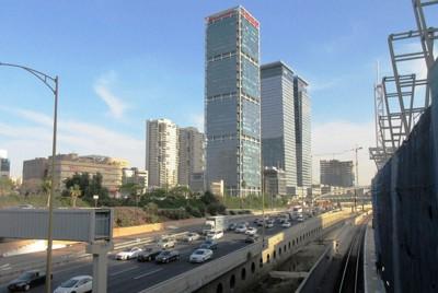 高速道路と通勤列車が縦断するテルアビブの都心(写真は筆者撮影)