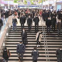 通勤電車を降りて職場などに向かう人たち=福岡市中央区で2021年1月14日午前8時、津村豊和撮影