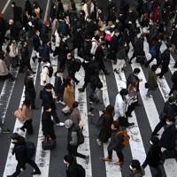 緊急事態宣言の対象地域に大阪など7府県が追加されて初めての朝、JR大阪駅前を歩く人たち=大阪市北区で2021年1月14日午前8時19分、久保玲撮影