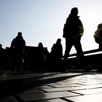 緊急事態宣言の対象地域に追加された京都の四条大橋を歩く人たち=京都市で2021年1月14日午前9時14分、山崎一輝撮影