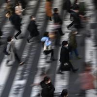 緊急事態宣言の対象地域に大阪など7府県が追加されて初めての朝、マスク姿でJR大阪駅前を歩く人たち=大阪市北区で2021年1月14日午前8時29分、久保玲撮影