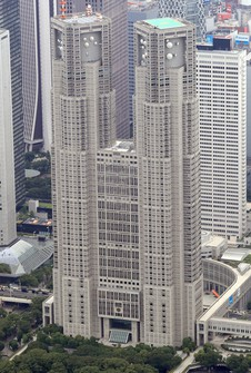 The Tokyo Metropolitan Government building is pictured in this photo taken from a Mainichi helicopter. (Mainichi)