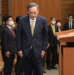 Prime Minister Yoshihide Suga prepares for a news conference after announcing the addition of seven prefectures to the latest state or emergency over the coronavirus, at the prime minister's office on Jan. 13, 2021. (Mainichi/Kan Takeuchi)