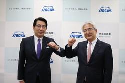 伊藤忠商事の次期社長に就任する石井敬太専務(左)と鈴木善久社長