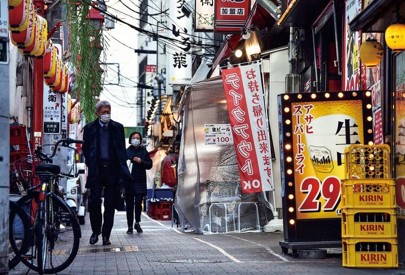 緊急事態宣言をうけて閑散とする新宿・歌舞伎町