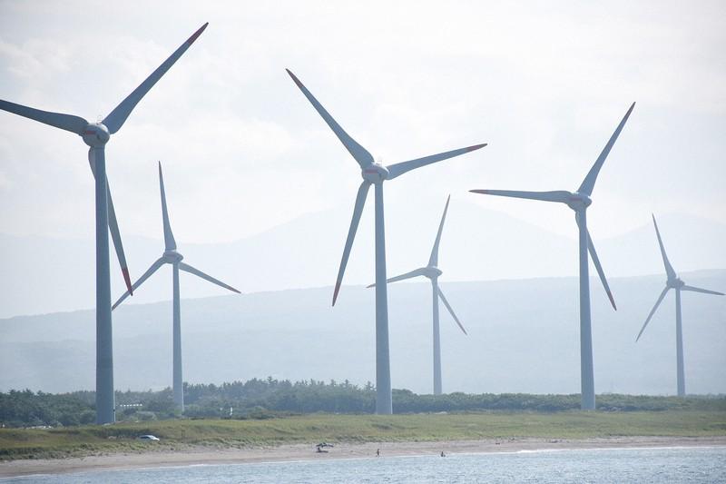 将来は再生可能エネルギーの大量導入が中心になる(北海道寿都町の風力発電施設)