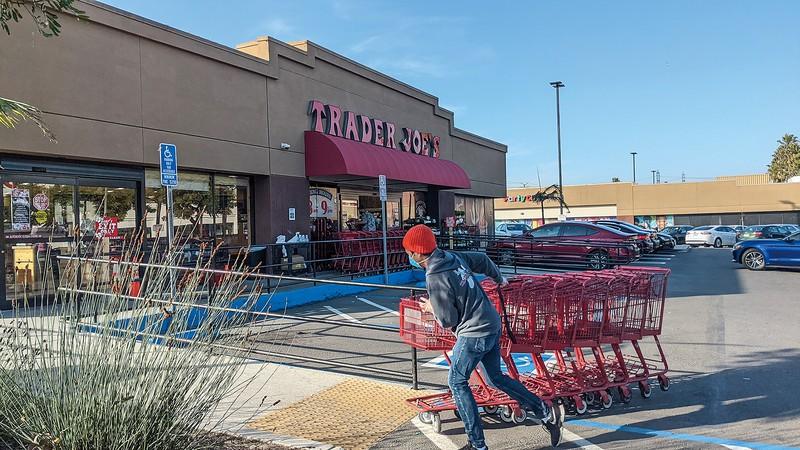 スーパーの従業員らは新型コロナ感染のリスクを抱えながら働く 筆者撮影
