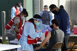 新型コロナウイルスのワクチン接種を受ける医療従事者=米カリフォルニア州で2021年1月13日、AP