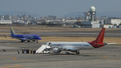 スペースジェットの試験10号機(手前)=名古屋空港で2020年3月18日、平野純一撮影