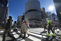 緊急事態宣言再発令後、初めて迎えた週末に銀座を歩く人たち=東京都中央区で2021年1月9日午後1時25分、宮間俊樹撮影