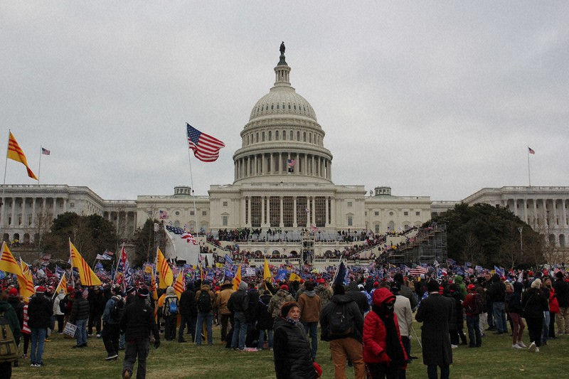 米連邦議会の前に詰めかけたトランプ大統領の支持者ら=2021年1月6日午後3時、古本陽荘撮影
