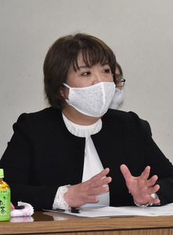 Professor Hiroko Okamoto of Takasaki University of Health and Welfare explains the results of the survey at Oizumi Town Office in Gunma Prefecture, on Dec. 24, 2020. (Mainichi/Atsuko Suzuki)