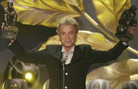 "German illusionist Siegfried Fischbacher of the duo ""Siegfried & Roy"" holds their trophies after receiving the World Entertainment Award at the World Award 2003 ceremony in Hamburg, northern Germany, on Oct. 22, 2003. (AP Photo/Fabian Bimmer)"