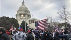 連邦議会議事堂を囲むトランプ大統領支持者=米ワシントンで2021円1月6日、高本耕太撮影