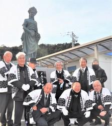 Citizens are seen celebrating the erection of a Mexican queen statue on the island of Shimanoura in Nobeoka, Miyazaki Prefecture. (Mainichi/Tsugio Shigeharu)