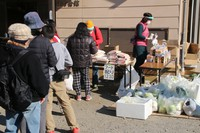 Rice, vegetables, canned food, and other items are being distributed to individuals, including foreign residents, who are struggling amid the coronavirus pandemic, as part of a consulting event in the eastern Japan city of Ota, Gunma Prefecture, on Dec. 28, 2020. (Mainichi/Jun Ida)