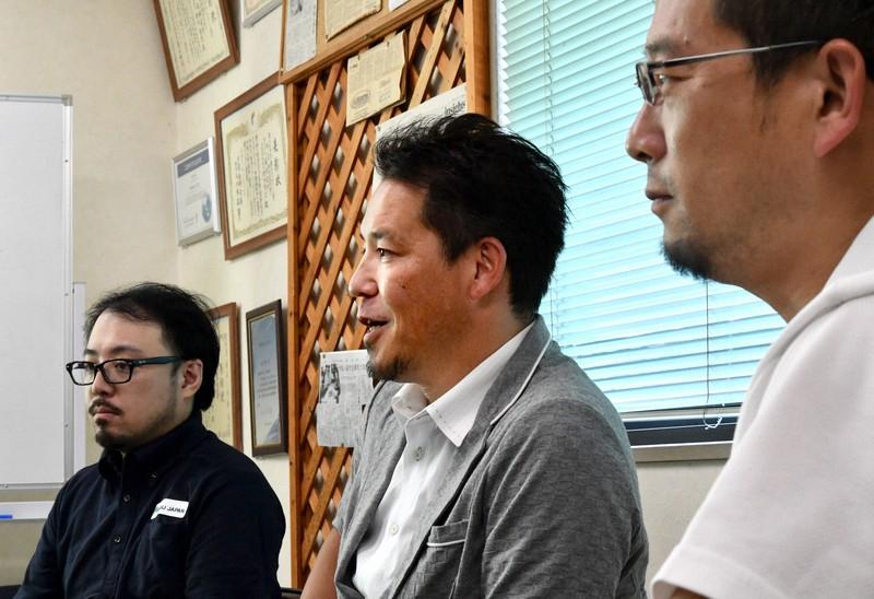 「発ジャパン」について語る(右から)中本裕司さん、鈴木隆史さん、岩澤旭さん=東京都八王子市で、西夏生撮影