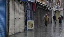 16日、英国の首都ロンドンで、新型コロナウイルス対策のロックダウンの一環で閉鎖された商店街=AP