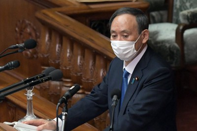 衆院本会議で施政方針演説をする菅義偉首相=国会内で2021年1月18日午後2時28分、竹内幹撮影