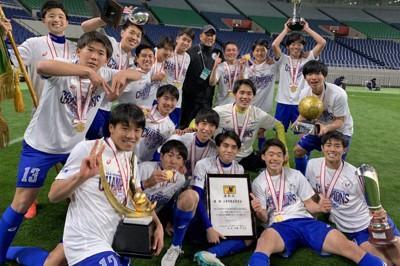 全国高校サッカー選手権を制し、チームメートと記念撮影する山梨学院の岩岡遼太(後列右端)=本人提供