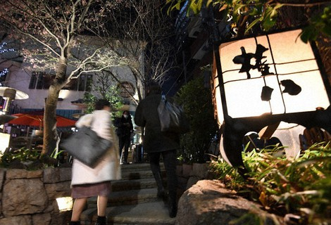 The outside of a Gonpachi restaurant that is continuing to stay open for business past the 8 p.m. time the Tokyo Metropolitan Government is asking eateries to close at is seen in Minato Ward, Tokyo, on Jan. 14, 2021. (Mainichi/Kimi Takeuchi)