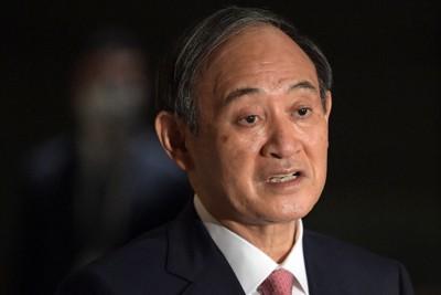 記者団の質問に答える菅義偉首相=首相官邸で2021年1月15日、竹内幹撮影