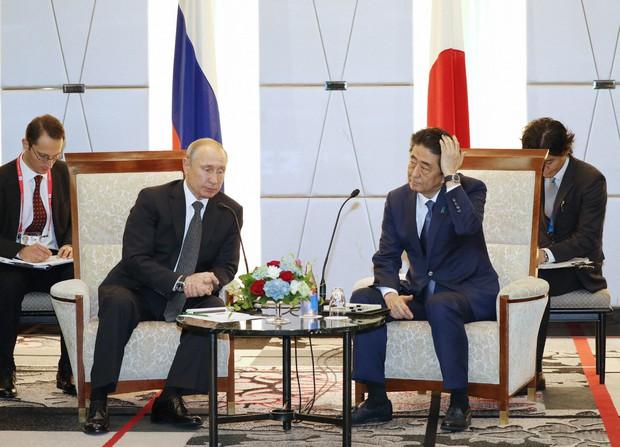 首脳会談に臨むロシアのプーチン大統領(左)と安倍晋三首相=大阪市中央区で2019年(令和元年)6月29日、代表撮影