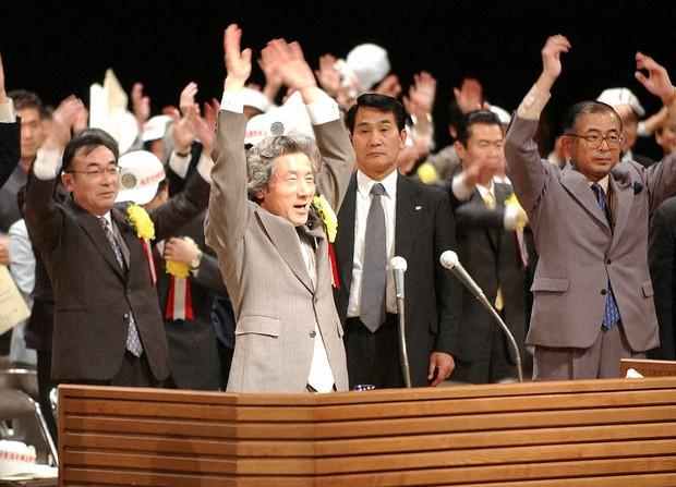 全国町村長大会で「地方の裁量を拡大するのが(三位一体改革の)主眼」と訴えた小泉首相(中央)=2003年12月3日午後、東京都内で小座野容斉撮影