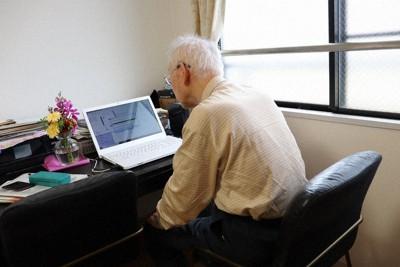 妻とともに年金を受け取れる保険に加入した男性。東京都杉並区にある有料老人ホームに入居している=ベネッセスタイルケア提供