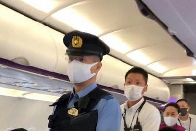 新潟空港に臨時着陸し、警察官らが立ち入ったピーチの機内=2020年9月7日(乗客提供)