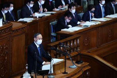 衆院本会議で、施政方針演説を行う菅義偉首相=国会内で2021年1月18日午後2時26分、吉田航太撮影