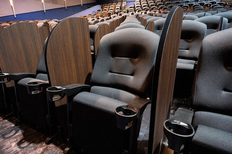 Partitions are seen installed between seats at Aeon Cinema Ichikawa Myoden. (Photo courtesy of Aeon Entertainment Co.)