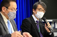 Takaji Wakita, director-general of the National Institute of Infectious Diseases, right, and Takeshi Enami, director of the Ministry of Health, Labor and Welfare's Tuberculosis and Infectious Diseases Control Division, speak about patients who contracted a new variant of the novel coronavirus, at the health ministry in Tokyo on Jan. 18, 2021. (Mainichi/Naotsune Umemura)