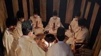 Priests are seen repeating Shinto ritual prayers while surrounding a pot during the Tsutsugayu shinji fortune-telling ritual at the Suwa Taisha Shimosha Harumiya shrine in the town of Suwa, Nagano Prefecture, on Jan. 14, 2021. (Kazunori Miyasaka)