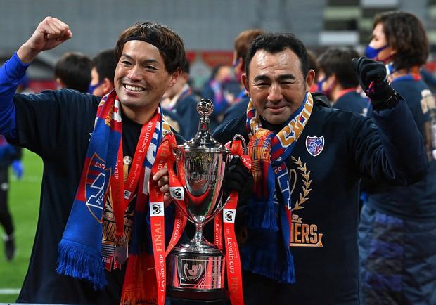 FC東京でYBCルヴァン・カップ優勝を決め、東慶悟選手(左)と写る長谷川さん=2021年1月4日
