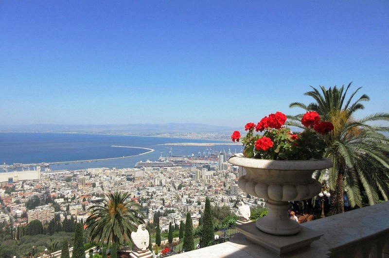 ハイファの町の丘の上から地中海を遠望する(写真は筆者撮影)