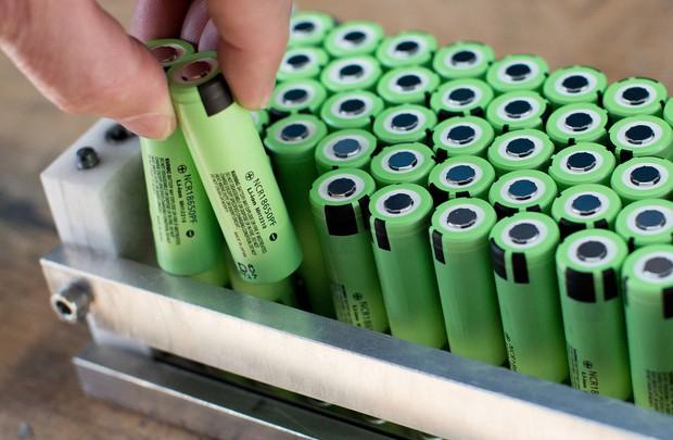 リチウムイオン電池はEVの心臓部(Bloomberg)