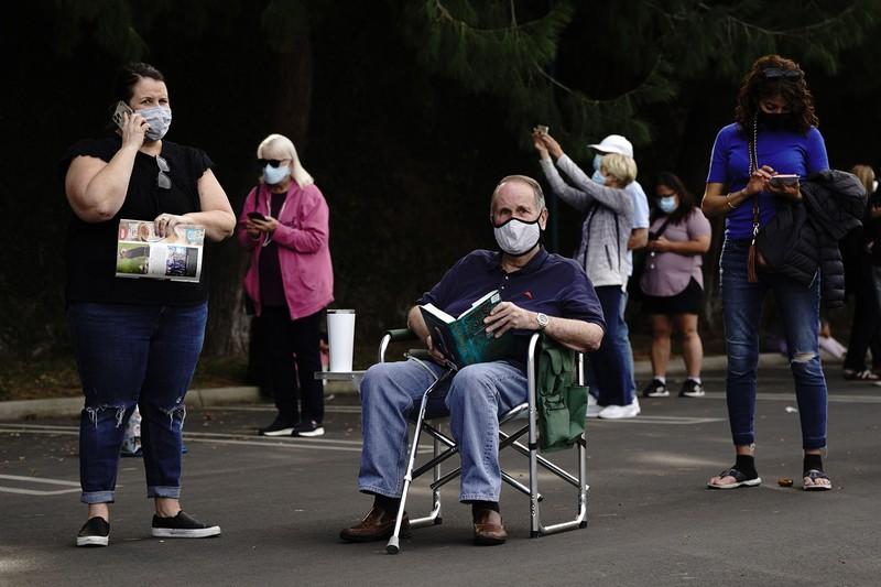 長時間待つことを見越して(カリフォルニア州のワクチン接種会場)(Bloomberg)