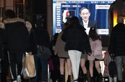感染防止策は後手に回り、国民の不信を招いた(大阪市中央区で1月13日)